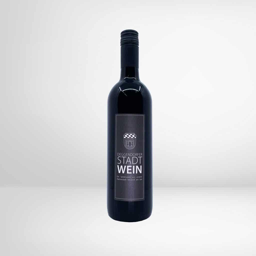 Eine Flasche Deggendorfer Stadtwein - Rotwein Zweigelt 2019 aus Neusiedl am See in Österreich