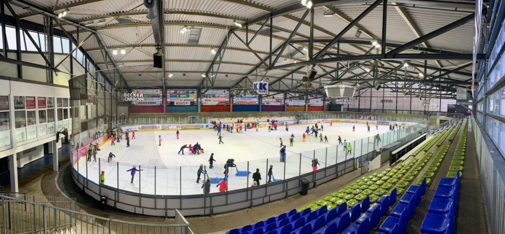 Schüler beim Schul-Eislauf im Eisstadion Deggendorf