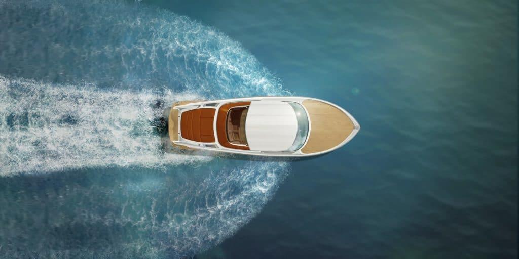 Ein Motorboot fährt auf dem Wasser