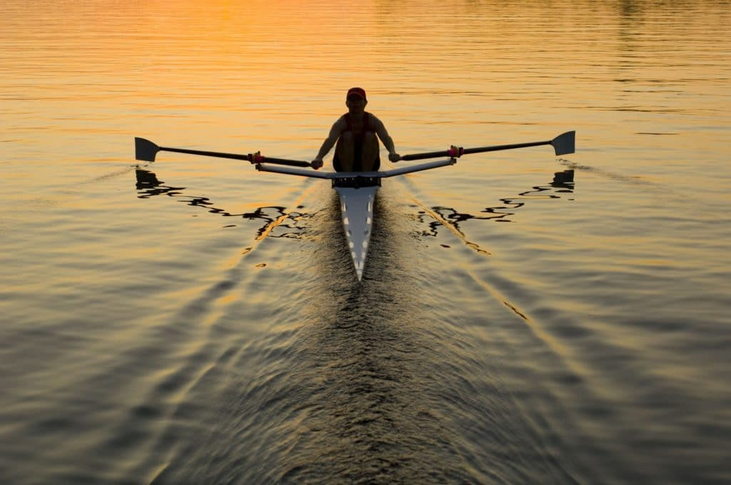 Einsamer Ruderer auf dem Wasser