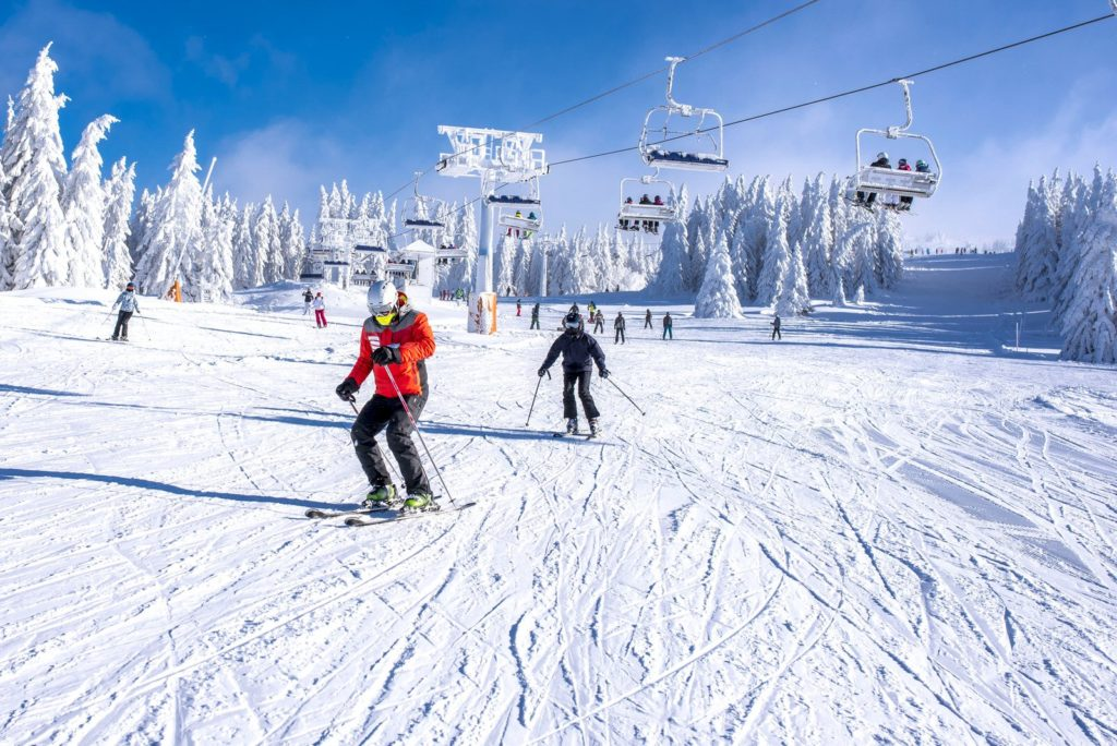 Skifahrer auf dem Skihang unter dem Skilift