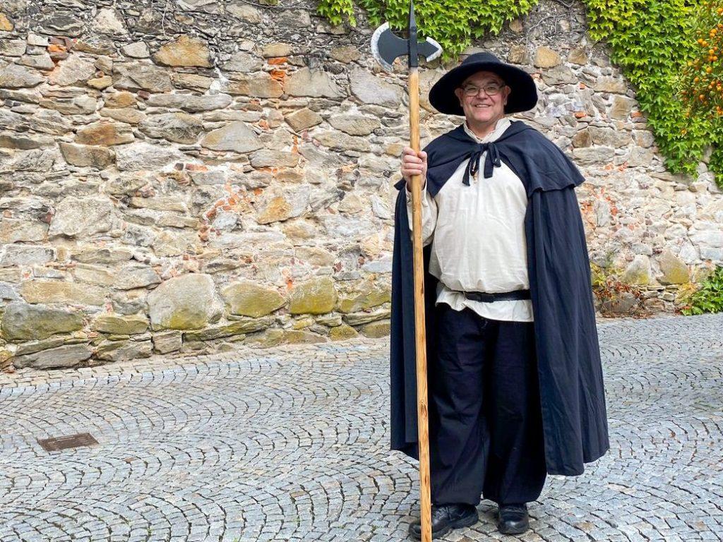 Stadtführer verkleidet als Nachtwächter