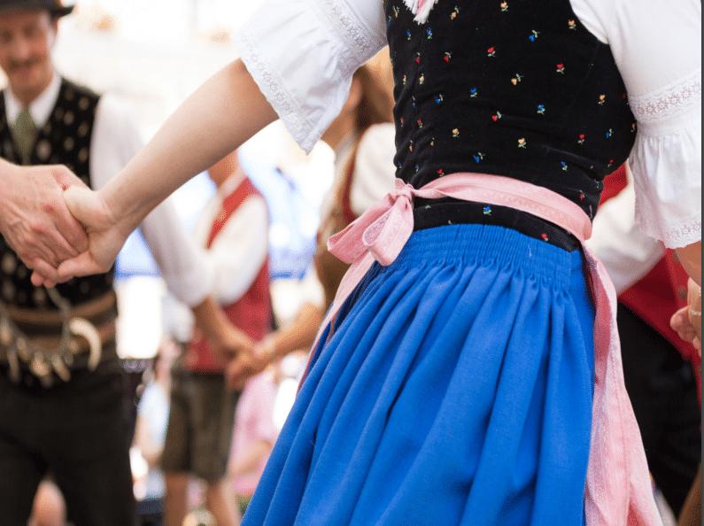 tanzende Menschen in bayerischer Tracht