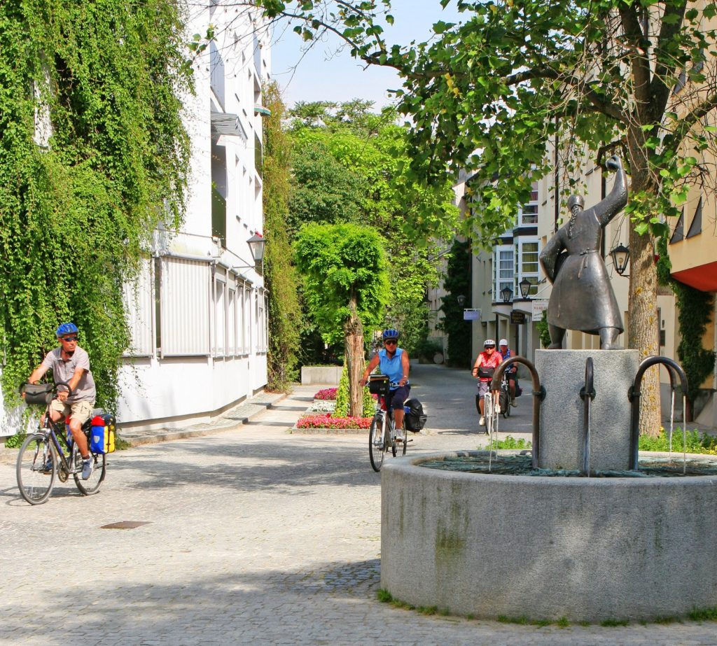 Knödelwerferin Brunnen im Altstadtviertel Deggendorf