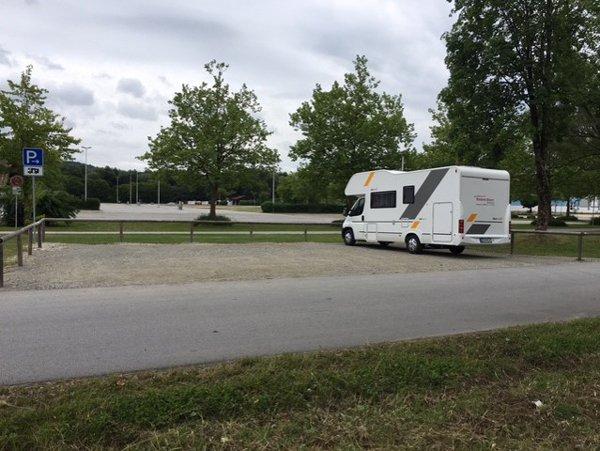 Wohnmobil auf einem Wohnmobilstellplatz beim Donaupark in Deggendorf